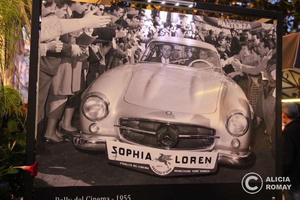 En 1955 Sofía Loren llega a la meta en Via Veneto de la Mille Miglia