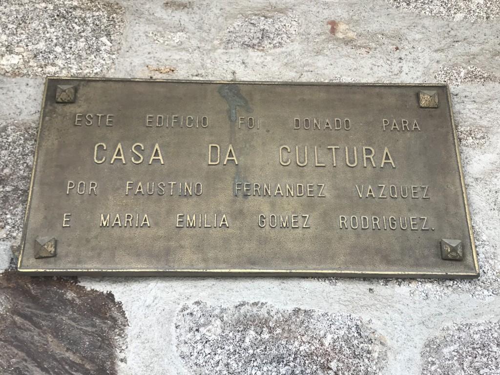 Placa conmemorativa en la casa de la Cultura de Chantada